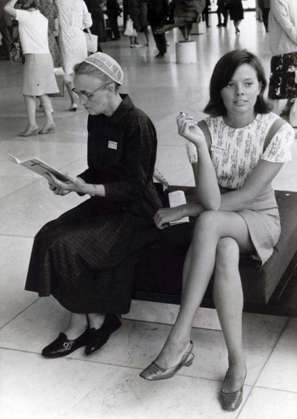 File:MWC-1967-Two-women-with-contrasting-dress.jpg